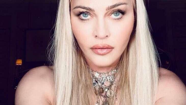 15-летний сын Мадонны продефилировал в шелковом платье, покрутив бедрами