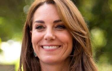 «Это не просто платье»: Кейт Миддлтон «отодвинула» Меган Маркл и принца Гарри на задний план