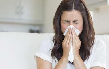 Врачи предупредили об опасности отказа от лечения насморка