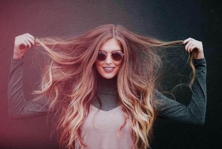 Трихолог указал на распространенные ошибки при уходе за волосами