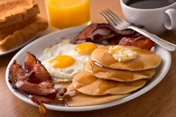 Ученые рассказали о пользе плотного завтрака в борьбе с ожирением