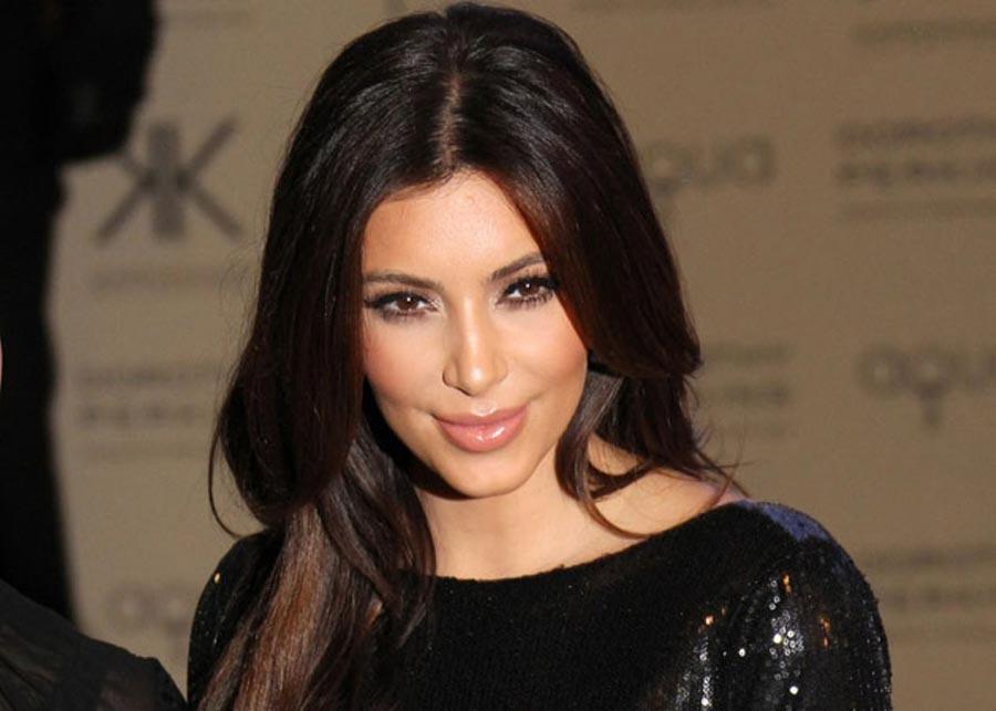 Ким Кардашьян вышла в свет в небесно-желтом платье