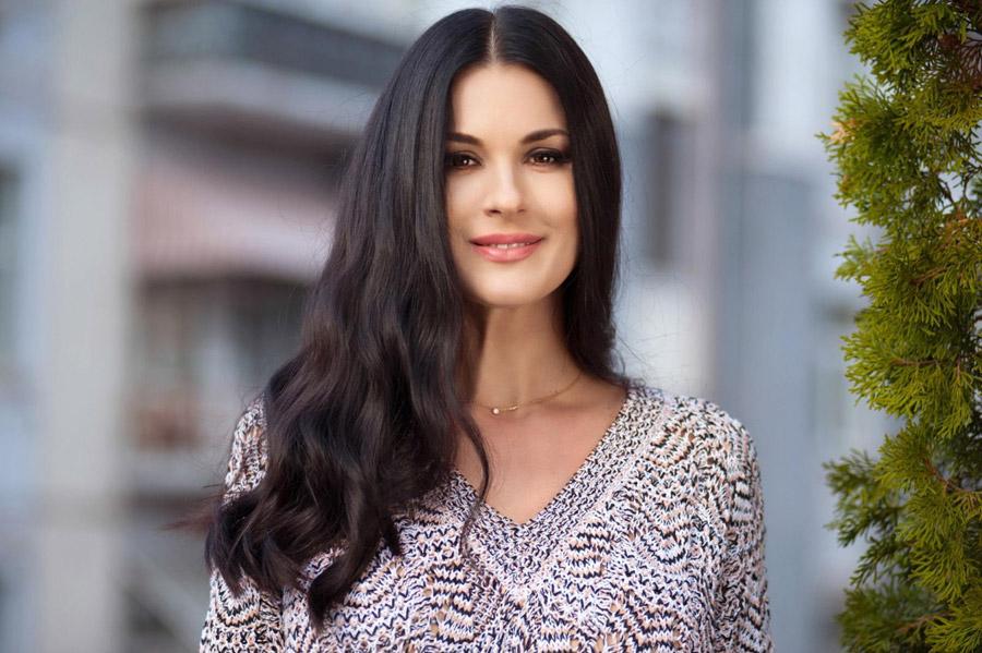 Маша Ефросинина примерила черный костюм