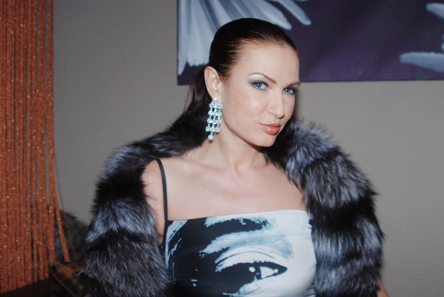 Эвелина Бледанс позировала в наряде цвета марсала