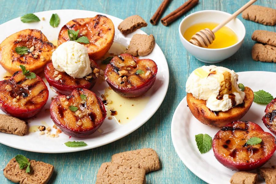 Персики с ванильным мороженым