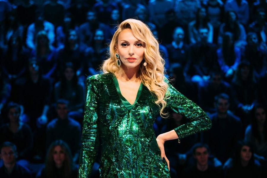Оля Полякова похвасталась тонкой талией в ярком наряде