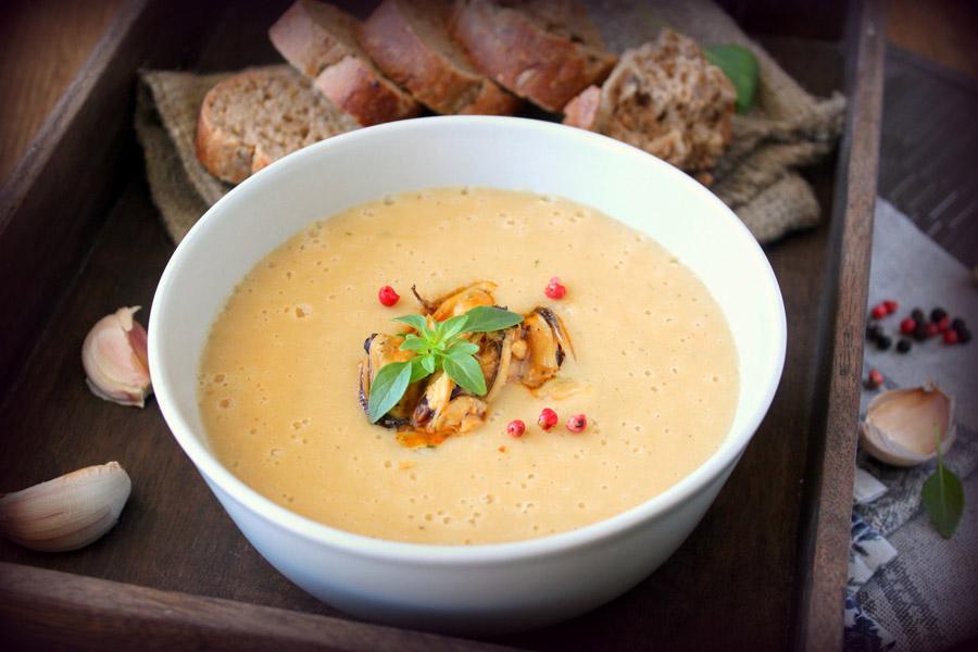 Крем-суп из фасоли с креветками и фисташками