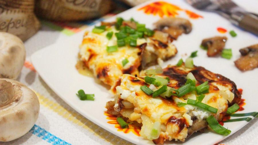 Запеканка из картофеля, лука-порея и моцареллы