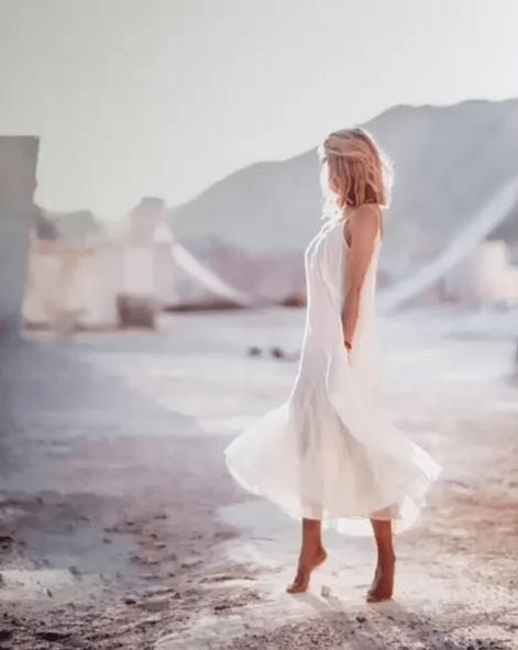 Вера Брежнева очаровала красотой в белом платье