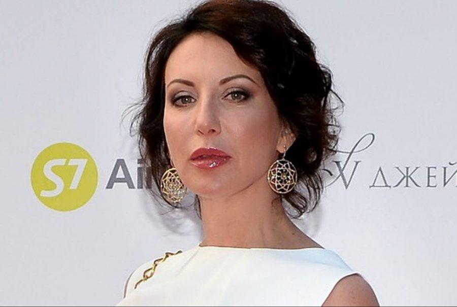 Алика Смехова облачилась в бархатный костюм