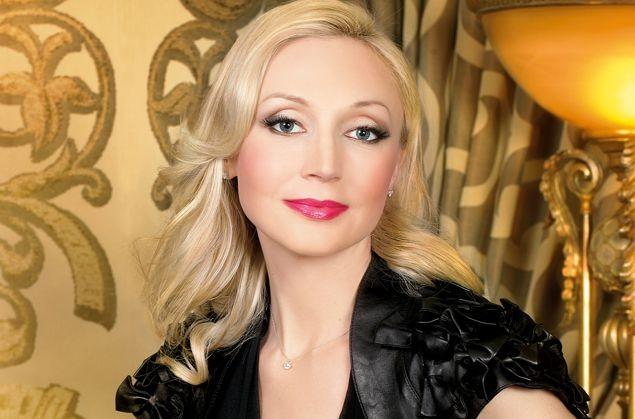 Кристина Орбакайте позировала в шикарном платье