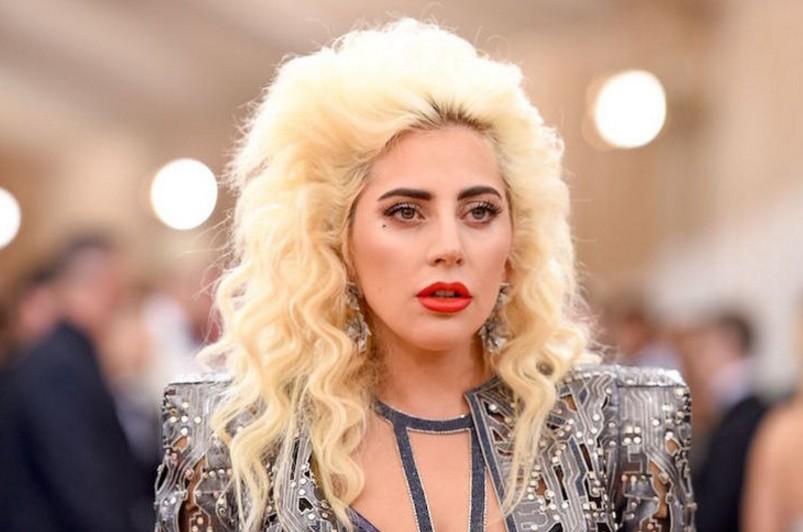 Леди Гага в эпатажном костюме отправилась пить кофе