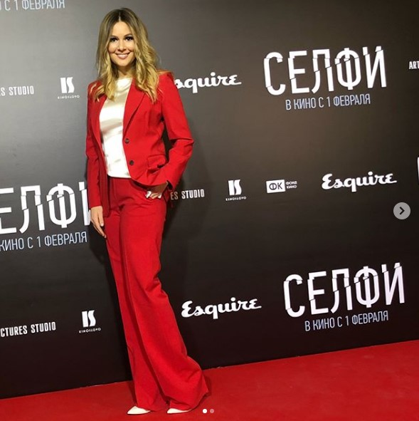 Мария Кожевникова в красном брючном костюме фото