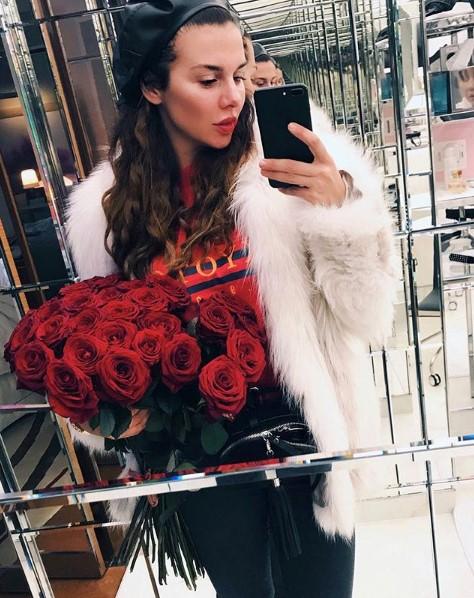 Анна Седокова в стильном аутфите фото