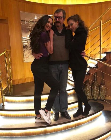 Ольга Бузова с сестрой и отцом фото