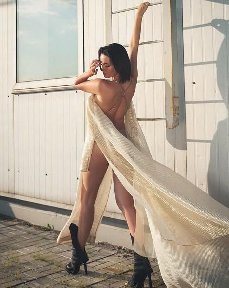 Даша Астафьева завернулась в штору фото