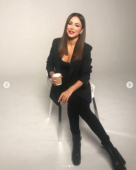 Ани Лорак в черном костюме фото