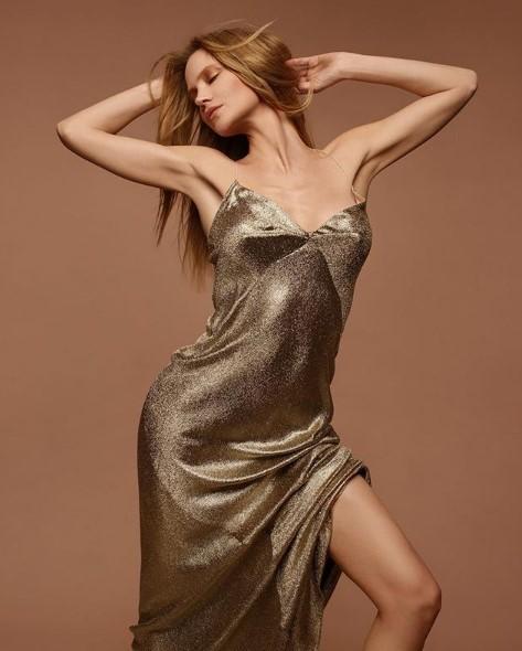 Глюкоза в золотистом платье фото