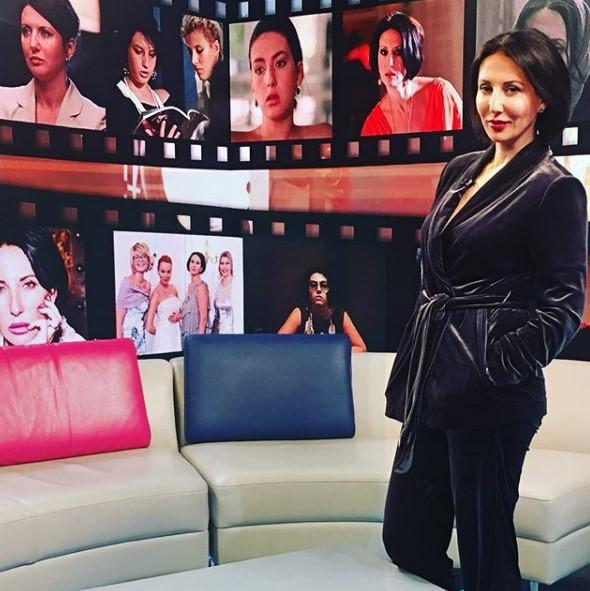 Алика Смехова в бархатном костюме фото