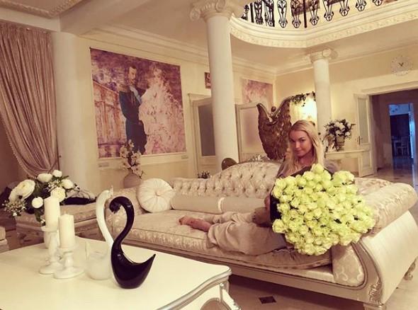 Анатсасия Волочкова с букетом белых роз фото