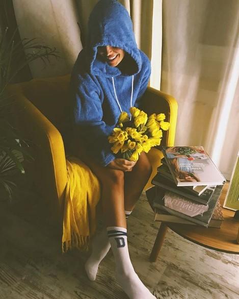 Мария Горбань в синей толстовке фото