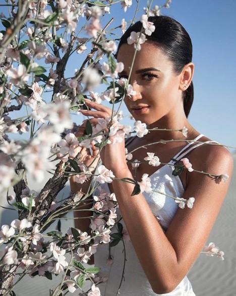 Ольга Бузова с цветами фото