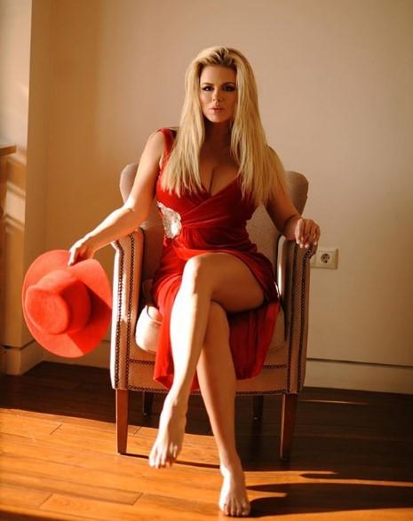 Анна Семенович в красном платье фото
