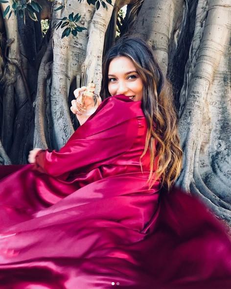 Регина Тодоренко в ярком шелковом платье фото
