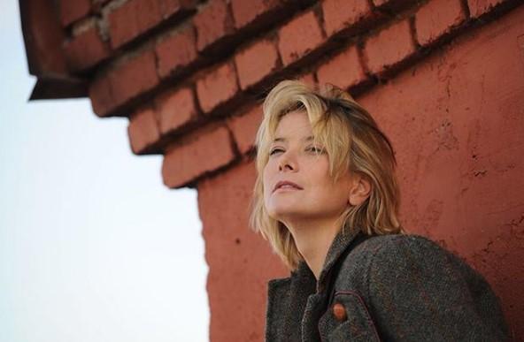 Юлия Высоцкая на портретном снимке