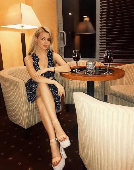 Алина Гросу в платье ф горошек фото