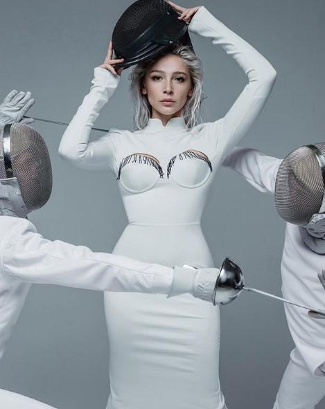 Анастасия Ивлеева в белом платье фото