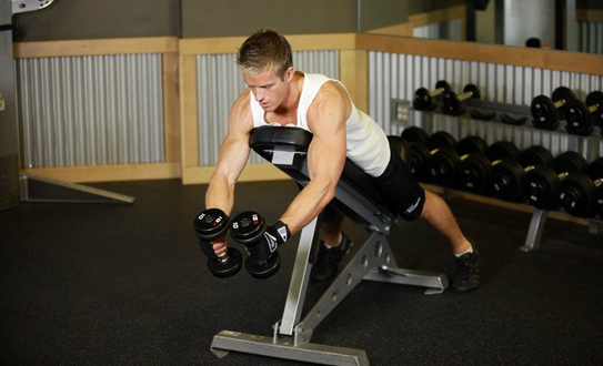 Трансформируем тело: тяга гантелей лежа на наклонной скамье